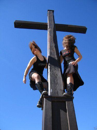 Zwei Girls im Rock stehen am Kreuz