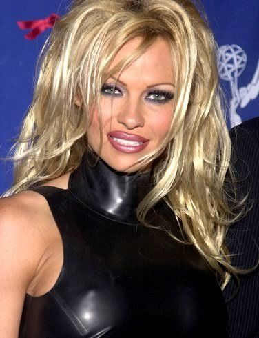 Pamela Anderson als Vamp in Latex