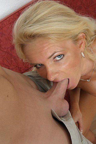 Milf hat jungen Schwanz im Mund