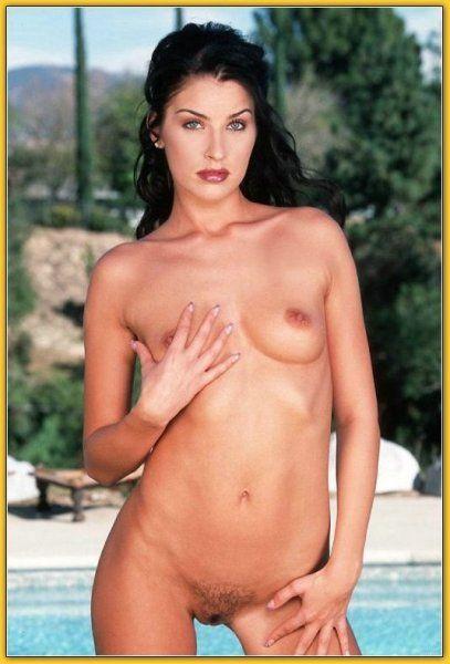 Untervögelte Hausfrau posiert nackt