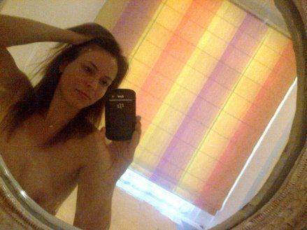 Sexy Milf macht Oben-Ohne-Selfie