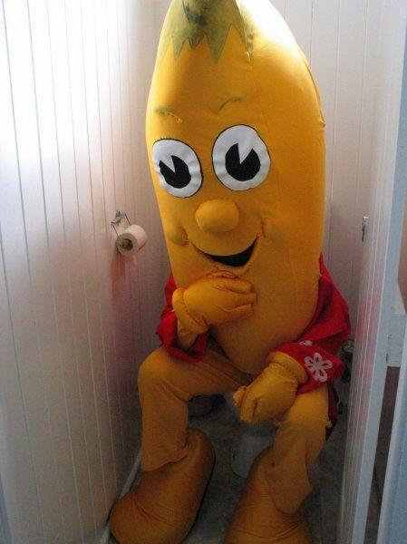 Banane sitzt auf der Toilette