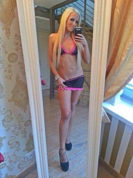 Dünnes blondes Girl macht Bikini-Selfie