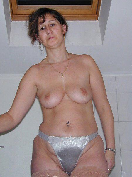Fast nackte Milf zieht sich im Bad an