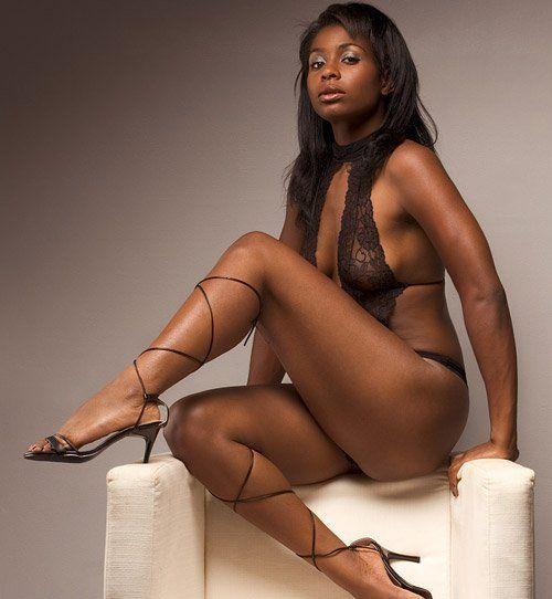 Ebony Spanking nackt gebundene Beine