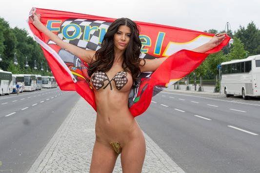 Micaela Schäfer als Formel 1 Boxenluder