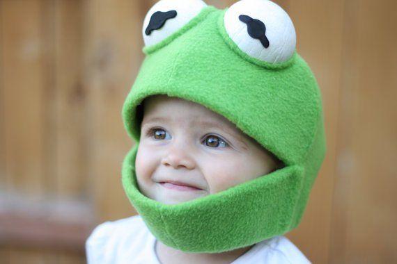 Baby hat lustigen Kermit Hut auf dem Kopf