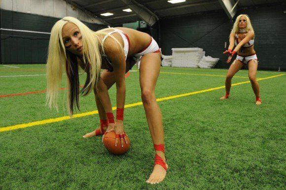 Zwei heiße Blondinen spielen Football