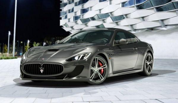 Grauer Maserati Gran Turismo MC Stradale im Scheinwerferlicht