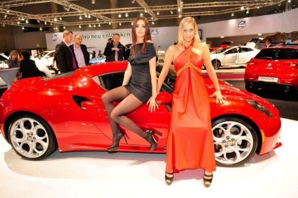 Zwei sexy Schönheiten vor rotem Sportwagen