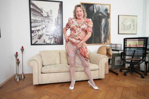 Aus nackt oma sich zieht Oma Zieht