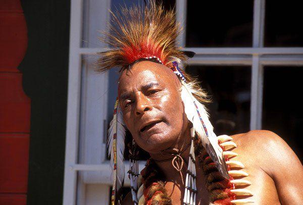 Indianerhäuptling mit Krallenkette und Federschmuck
