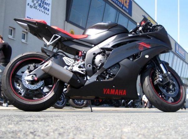 Schwarzes Rennmotorrad von Yamaha