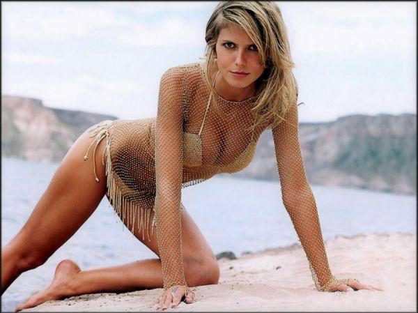 Heidi Klum posiert am Strand in knappem Bikini