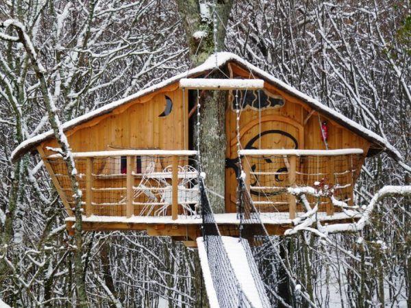 baumhaus aus holz im winter bild. Black Bedroom Furniture Sets. Home Design Ideas