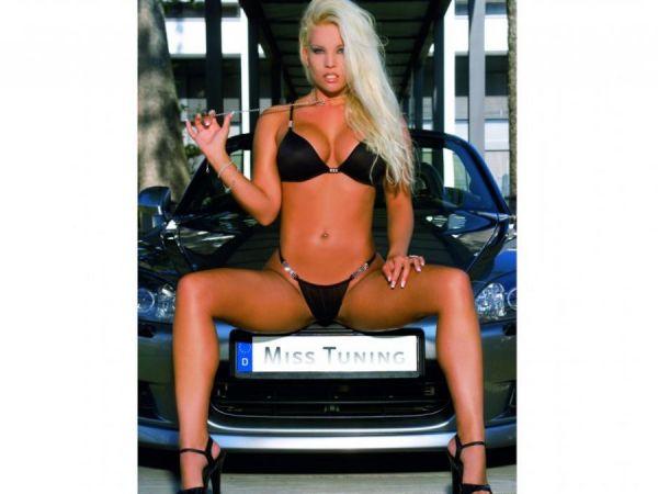 Blonde Tuning Queen in Bikini und High Heels