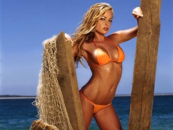Sexy Bikinigirl steht am Strand