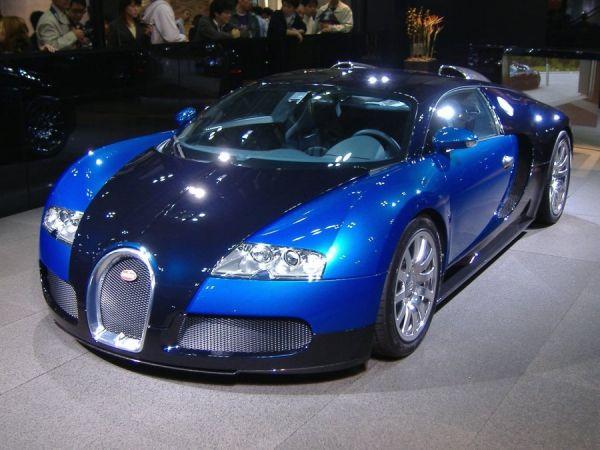 Blauer Bugatti-Veyron Supersportwagen
