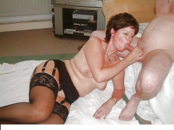 Frau bläst seinen Schwanz