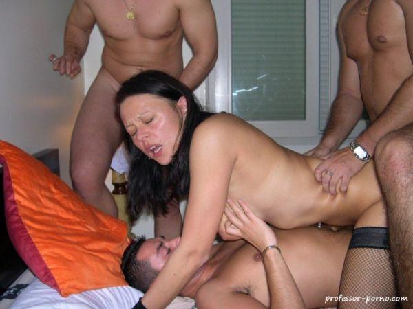 Frau fickt mit drei Männern